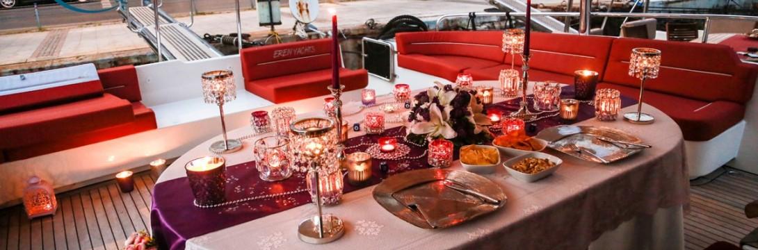 Romantik Yat Turu ile Evlilik Teklifi / 2 Saat Yemekli Vip Paket