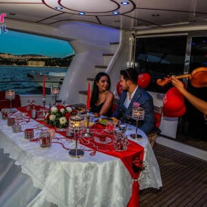Marriage Proposal on a Romantic Yacht Tour / 2-Hour VIP Package with Dinner