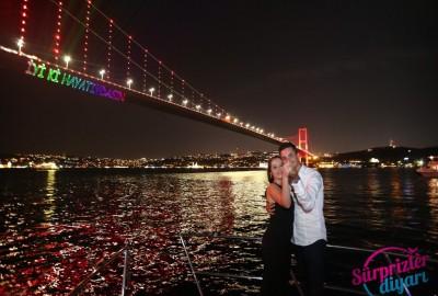 Lazerle evlilik teklifi video ve fotoğraflarınız çok güzel, gerçekte de lazer öyle güçlü mü görünüyor?