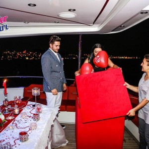 Marriage Proposal with Banner on a Romantic Yacht Tour / 1-Hour Eco Package with Dinner
